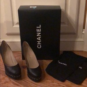 chanel cc leather chain link pumps